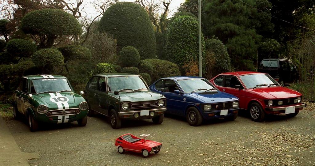 Klasyczne małe samochody z lat 60, 70 i 80. Kei car to niewielkie auta, z małymi silnikami nie przekraczającymi 660 cm3. Wiele jest wśród nich ciekawych, kultowych modeli, które dzisiaj są unikalne i mają status rarytasu.