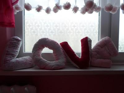 Różowa dekoracja okna DIY, literki z materiału