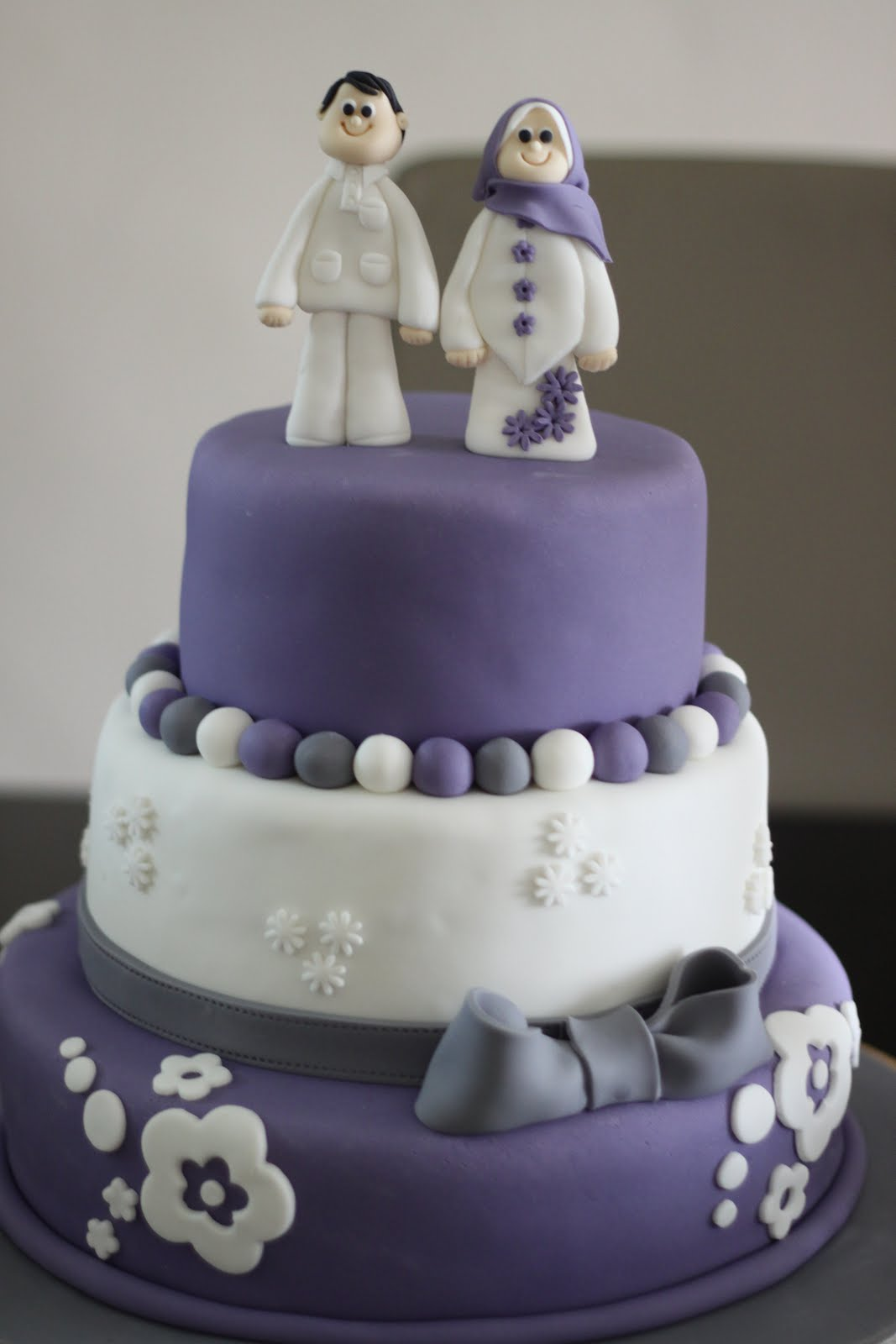 CoMeLiCiOuS 3 tier Purple wedding cake