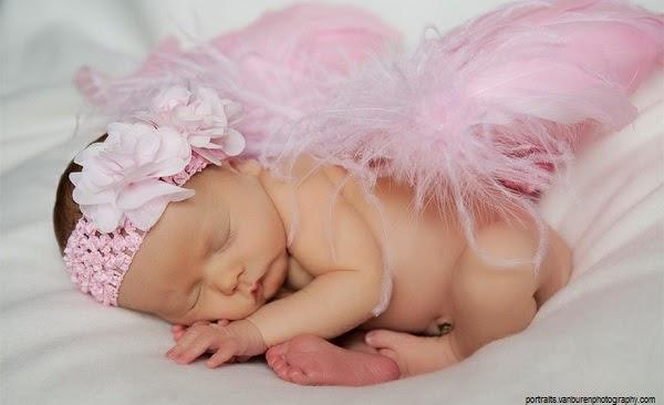 Portrait de bébé avec des ailes d'ange