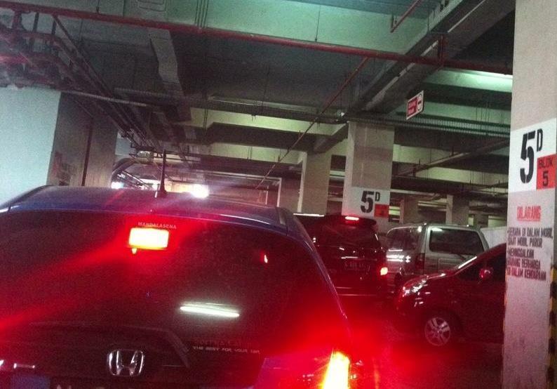 Parkiran_Ruwet_di_Pusat_Grosir_Surabaya_PGS