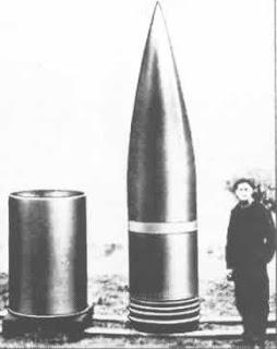 una bala del cañon dora para apreciar su tamaño