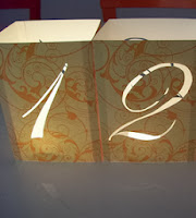 http://translate.google.es/translate?hl=es&sl=en&tl=es&u=http%3A%2F%2Fwww.intimateweddings.com%2Fblog%2Fwedding-table-numbers-with-illuminated-numbers-and-monogram-diy-wedding-reception-ideas%2F