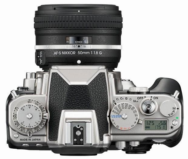 La Nikon Df fotografata dall'alto