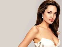 Angelina Jolie anuncia ter retirado seios para evitar câncer