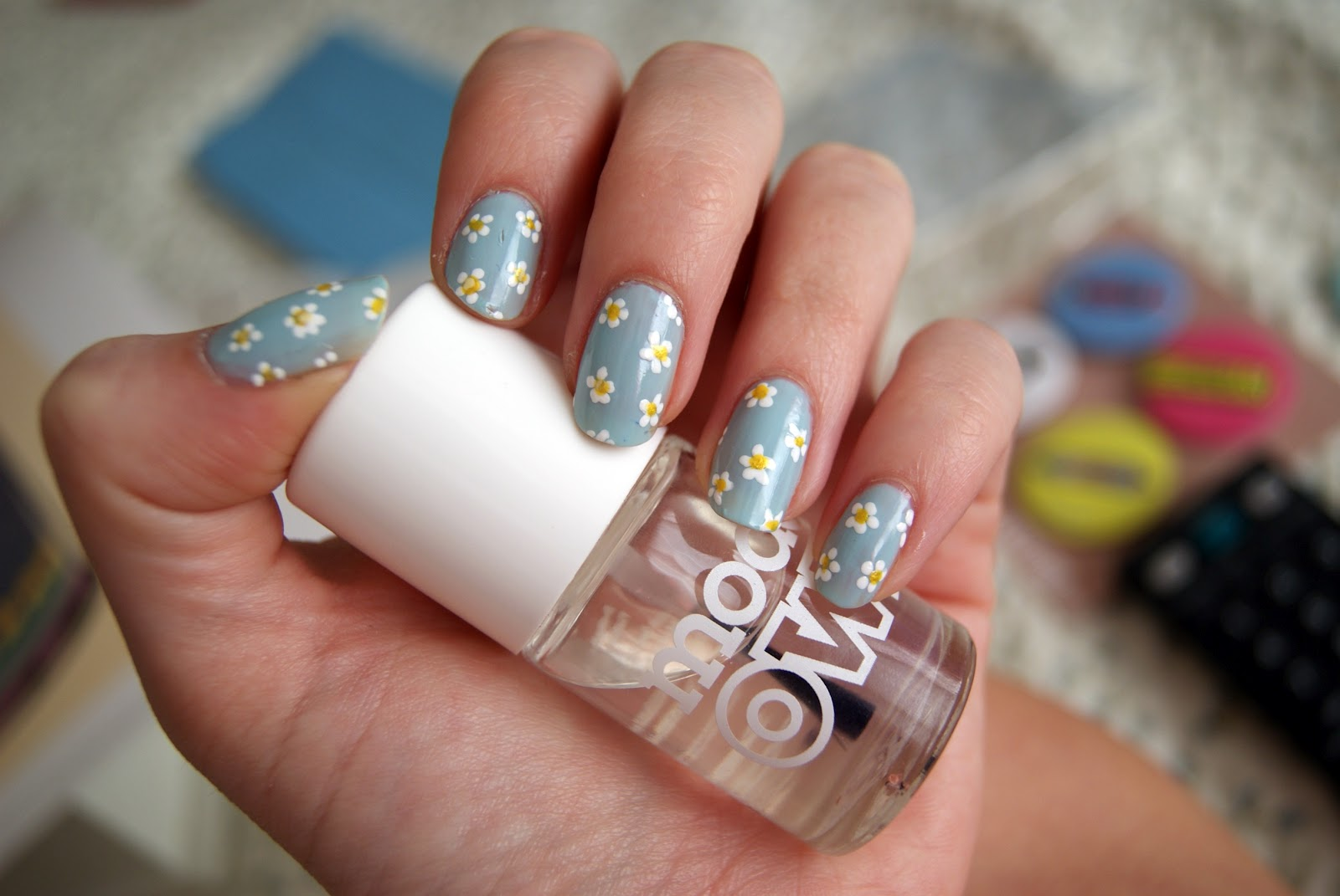 White Daisy Nail Design: Black and white daisy flower diy nail art ...