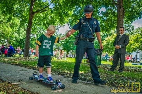 شرطي يفضل القيام بدوريات في الشوارع باسخدام لوح التزلج