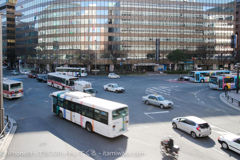 交差点とバス