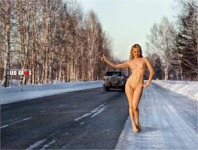 Дороге голосует на голая девушка