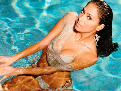 nicole_scherzinger_hot_wallpaper_in_swimming_pool_sweetangelonly.com
