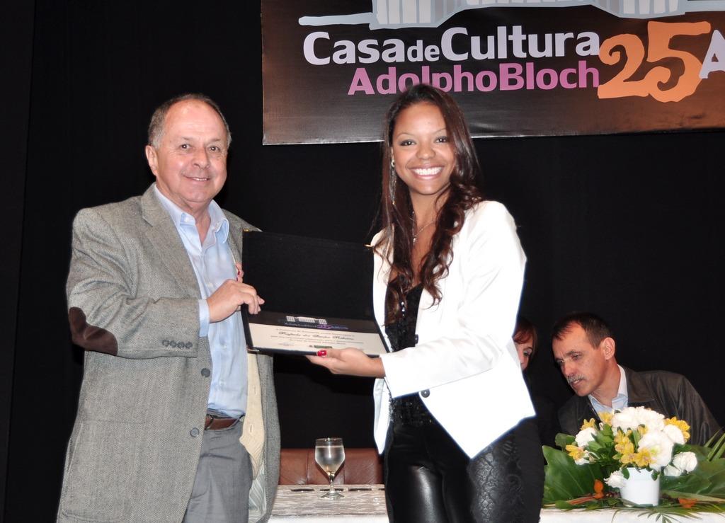 Acadêmico Jorge Bragança e a homenageada Rafaela Ribeiro, professora de balé
