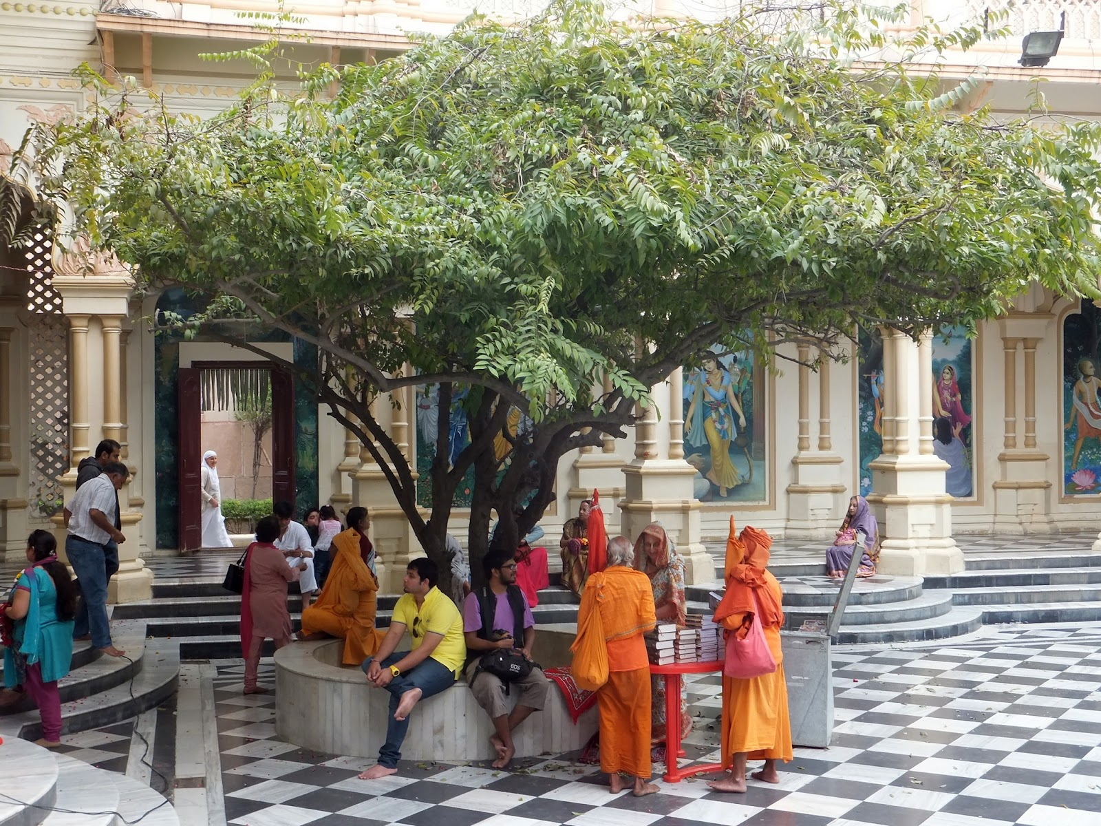 центральный двор храма Прабхупады