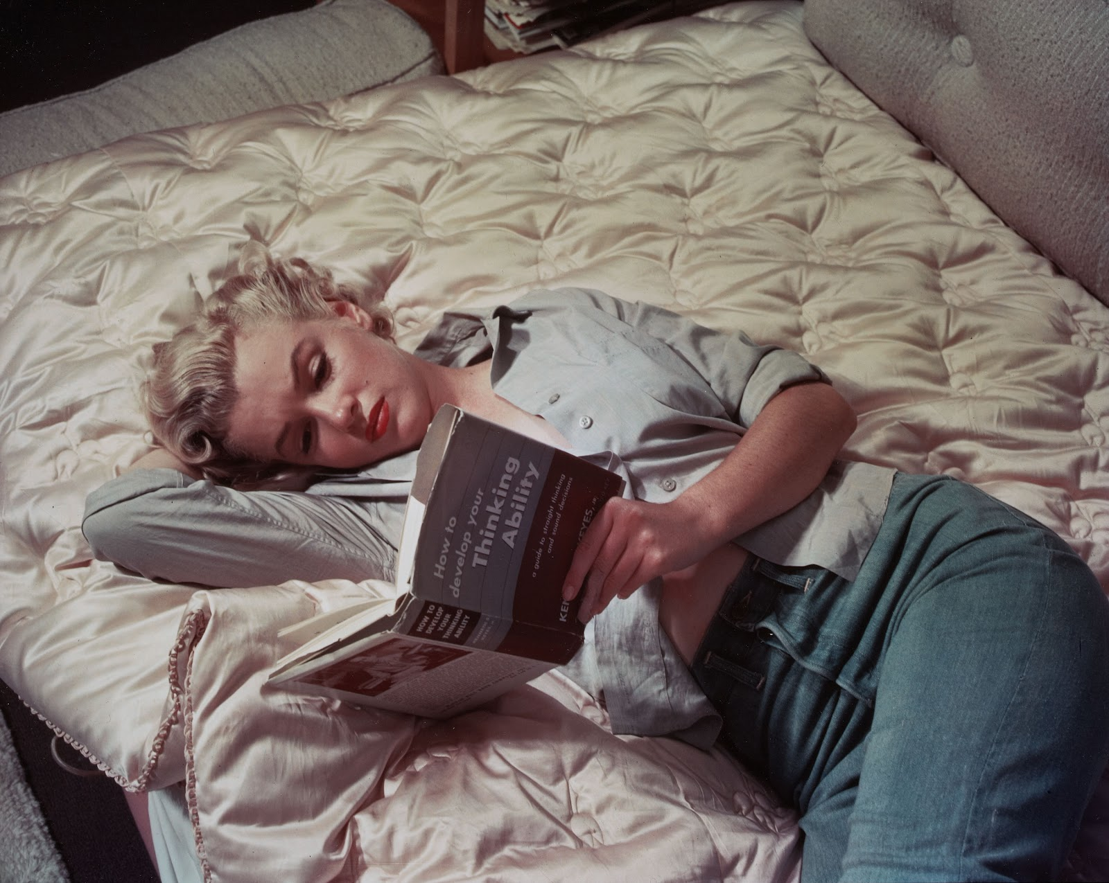 http://2.bp.blogspot.com/-GS0KboWmu5M/T24am2wF_tI/AAAAAAAAAOU/nW_nW0tfHQI/s1600/marilyn-monroe-read-book-photo.jpg