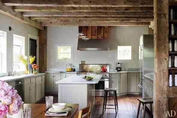 Belki stropowe w wiejskiej kuchni