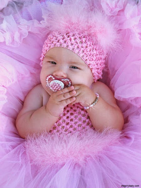 une adorable bébé fille rose