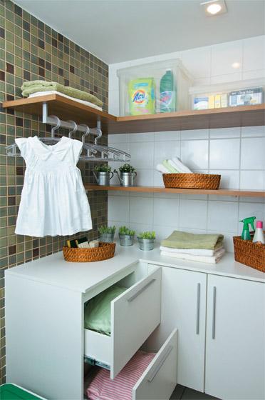 revista decoracao de interiores apartamentos:Gente, olha essa área para pendurar as roupas enquanto passamos!