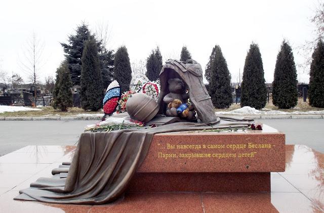 Город Ангелов - мемориальное кладбище жертв бесланского теракта в 2004 году. Беслан, 2012 год