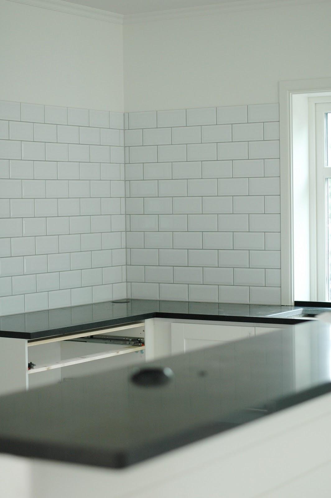 Kök med vitt kakel ~ zeedub.com