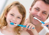 نزيف الأسنان أثناء تنظيفها ..الأسباب والعلاج