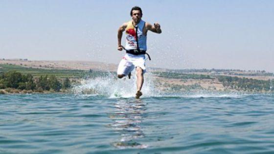 the miracle of running on water 640 03 [Gambar] Lelaki Berlari Di Atas Air! Unbelievable? Believe It!