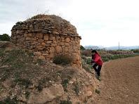 La cabana de pedra seca de Cal Barrab és una barraca molt harmoniosa