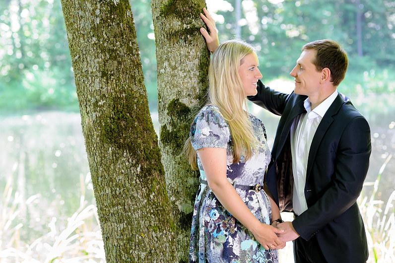 romantiška jaunuolių porelė prie medžių