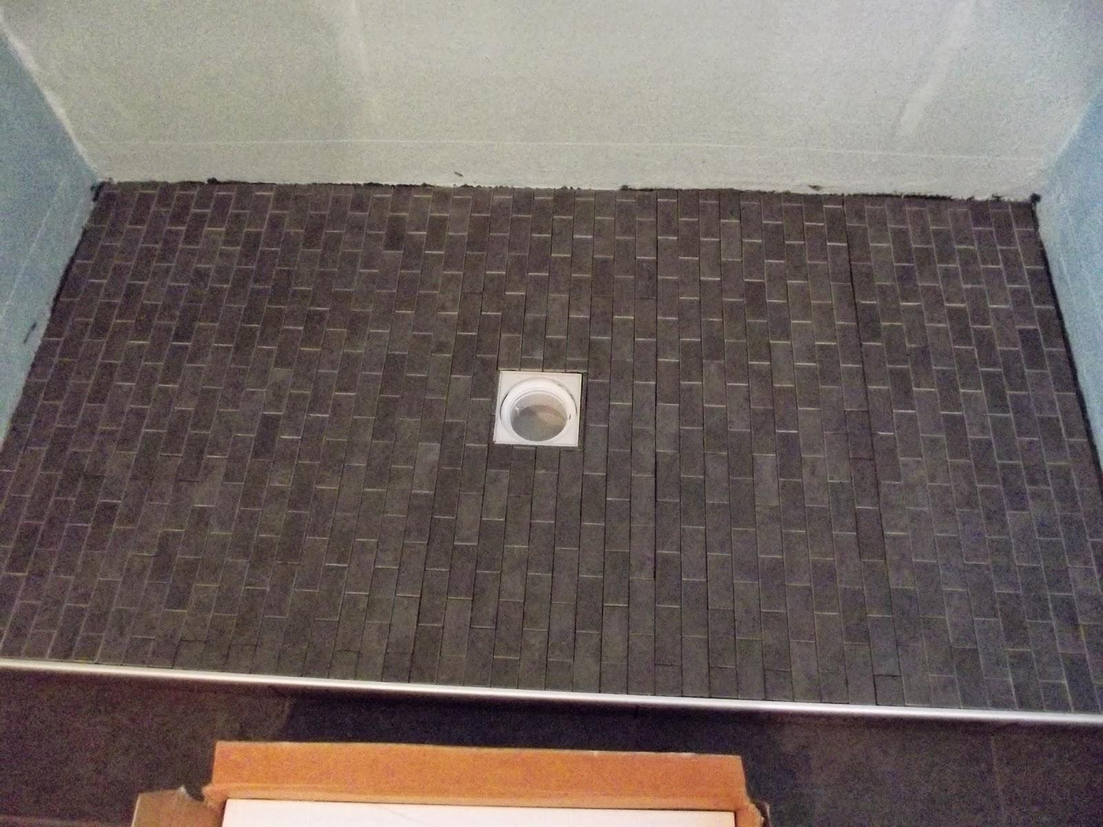 Frise Salle De Bain Mosaique : … Création: salle de bain avec une douche en mosaïque noire et frise