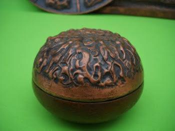 scatola sbalzata e cesellata,tirata a martello diam.10 cm