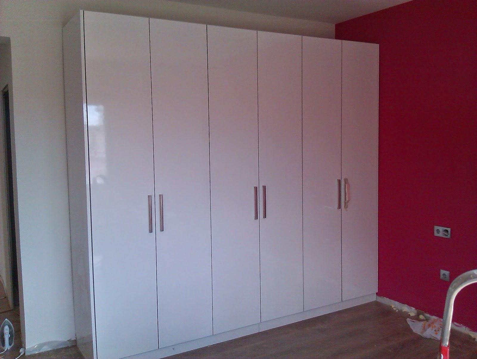 Conjunto de puertas de armario blancas.