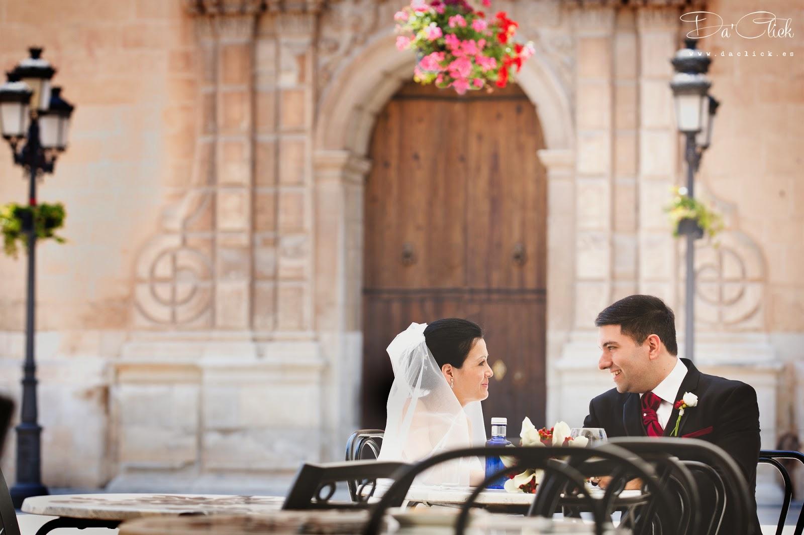 pareja de novios en la plaza del congreso eucaristico de elche