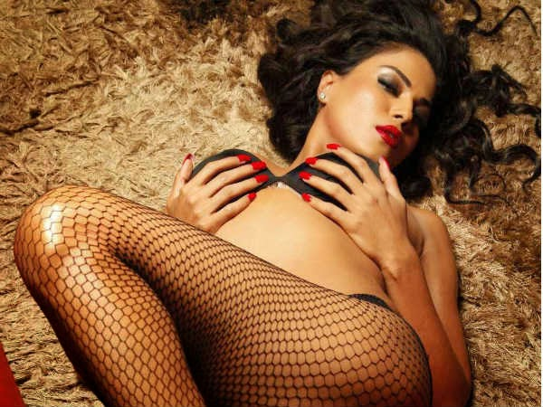 Veena malik sizzles in bikini photo