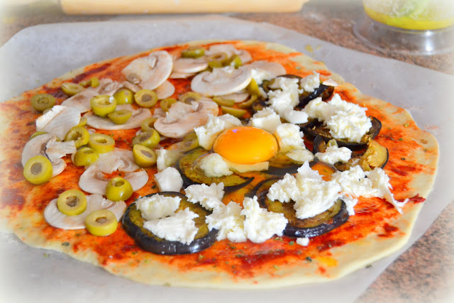 pizza calzone casera con jamón serrano y mozarella