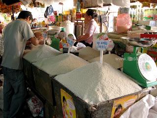 Рис, важный атрибут азиатской кухни - в Phsar Thmei - центральный рынок в Пномпене, Камбоджа Есть и быть www.EatAndBe.ru