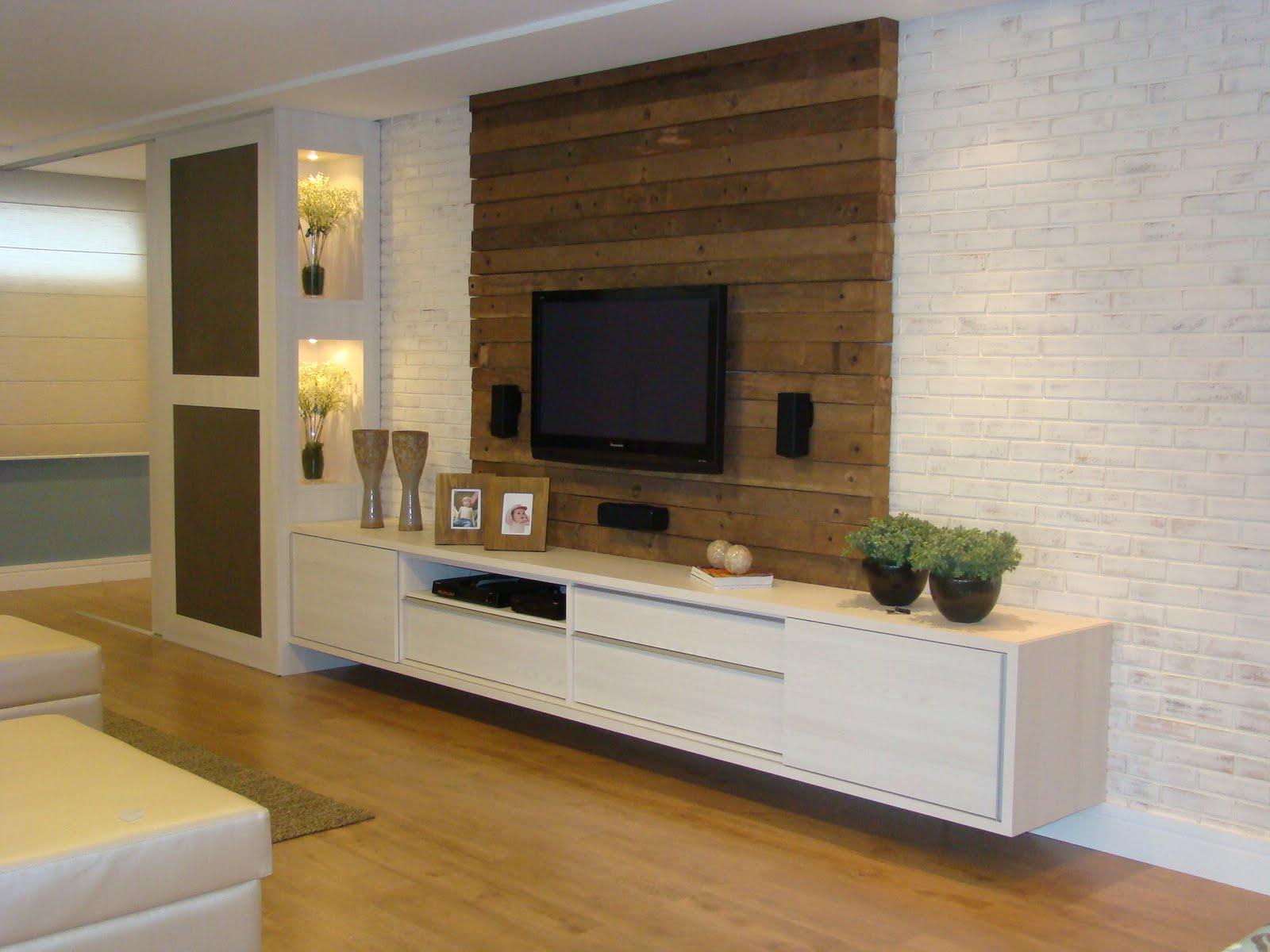 Para o painel da tv foi aproveitado uma madeira de demolição que já  #664826 1600x1200