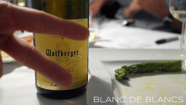 Wolfberger Riesling photobombed - www.blancdeblancs.fi