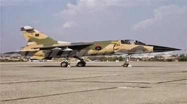 بالفيديو ليبي ينقل طائرة حربية على متن شاحنة الى بيته في طرابلس