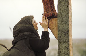 Maria, Mãe de Jesus a Seus Pés na Cruz!