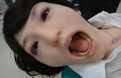 Robot untuk latihan doktor gigi muda