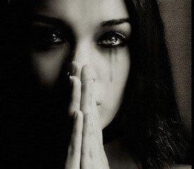 صورة ابيض واسود امرائة تبكي حزينة