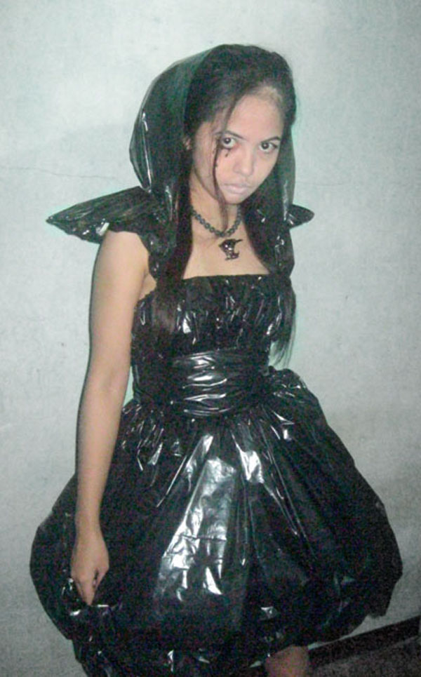Real Bug + Trash bags = DIY Halloween CostumeArt, Fashion, Halloween, necklace, Real bug, Trash Bag Dress, And now here it is a black hooded dress, seems like metallic and leathery at first glance. This black hooded dress is cool.dress was made up of trash bags