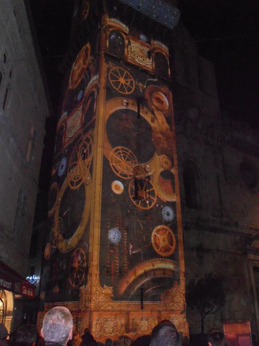 Sur la place de l'horloge il y a la magnique horloge illuminée pour les fêtes de fin d'année