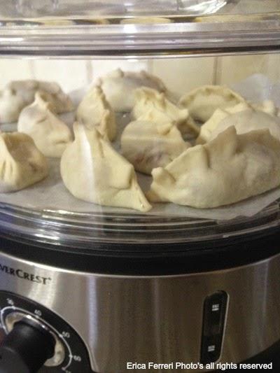 Preparazione ravioli cinesi di carne al vapore foto passo passo