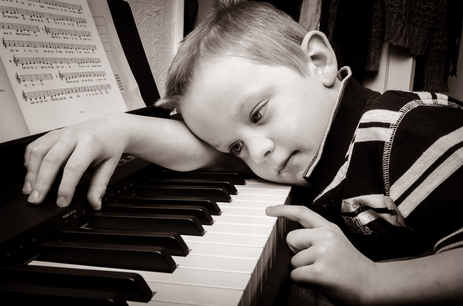 Menino no piano
