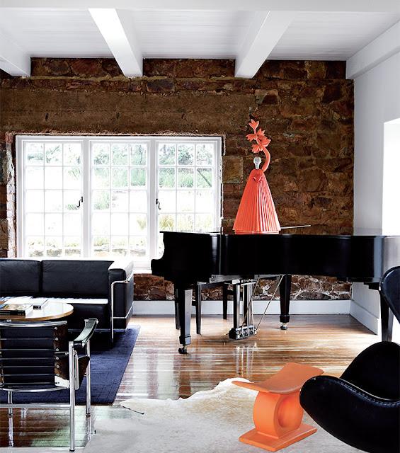 un piano en el salón