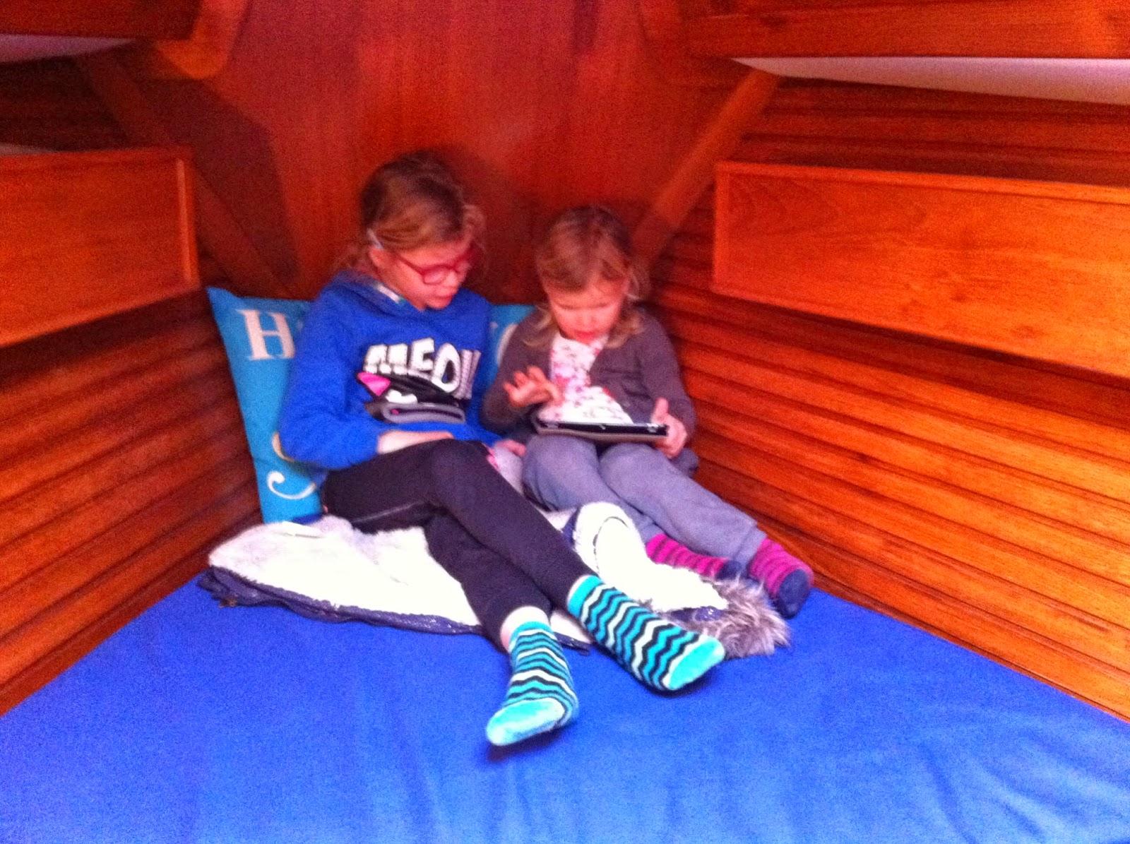 kinderen aan boord met tablet