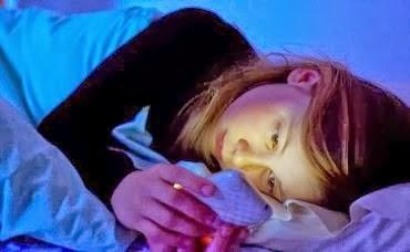 Bahaya Menggunakan Handphone Sebelum Tidur