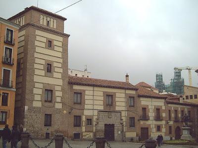 «Casa y Torre de los Lujanes (Madrid) 01» de Luis García. Disponible bajo la licencia CC BY-SA 2.0 vía Wikimedia Commons - https://commons.wikimedia.org/wiki/File:Casa_y_Torre_de_los_Lujanes_(Madrid)_01.jpg#/media/File:Casa_y_Torre_de_los_Lujanes_(Madrid)_01.jpg