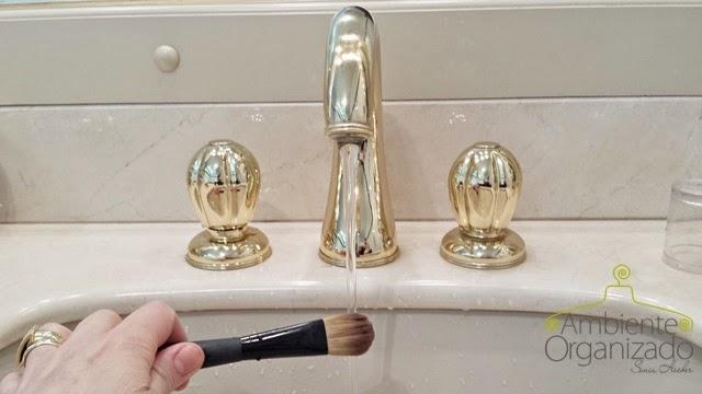 Lave os pincéis de maquiagem em água corrente