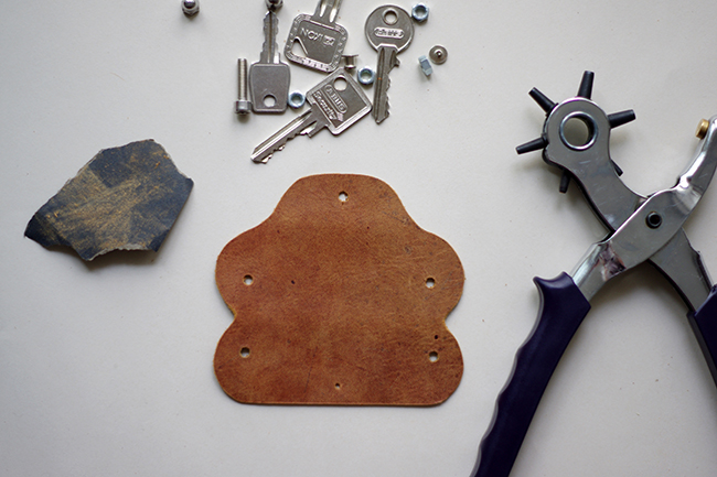 DIY Swiss Army Leather Keyring + free pattern {via www.fashionrolla.com}