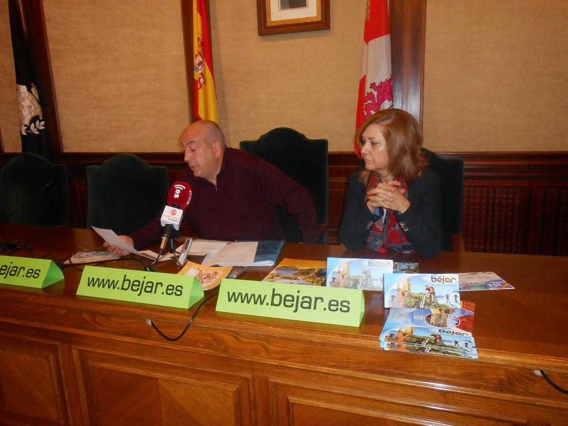 El concejal de Turismo, Santiago Sánchez Yuste, acompañado por la primer teniente de alcalde, Purificación Pozo